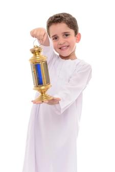 Ragazzo musulmano che celebra il ramadan con lanterna festiva