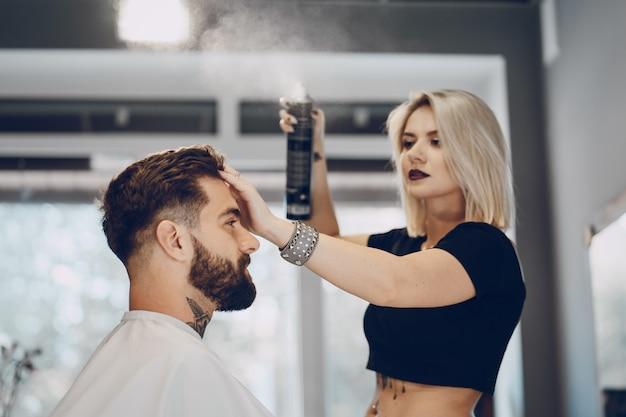 Ragazzo nella bottega del barbiere