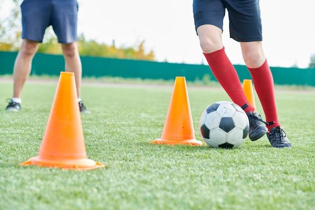 Ragazzo nella pratica del calcio