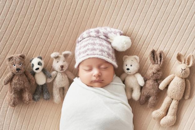 Ragazzo neonato su sfondo bianco