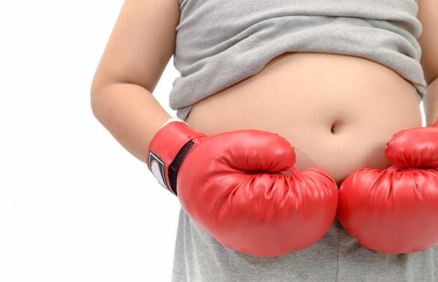 Ragazzo obeso che indossa i guanti di inscatolamento rossi isolati