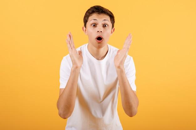 Ragazzo scioccato su sfondo arancione