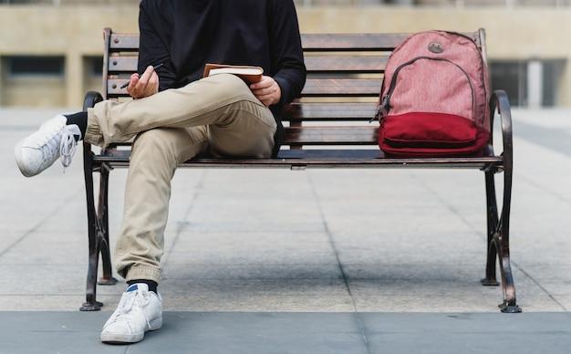 Ragazzo seduto su una panchina da solo