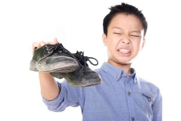 Ragazzo sentirsi infelice con il cattivo odore di calza bianca