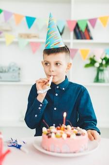Ragazzo sorridente con una torta di compleanno