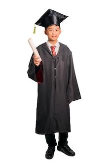 Ragazzo teenager asiatico che celebra la laurea nella classe isolata su bianco