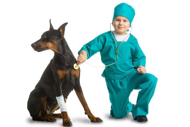 Ragazzo vestito come un cane trattato dal medico