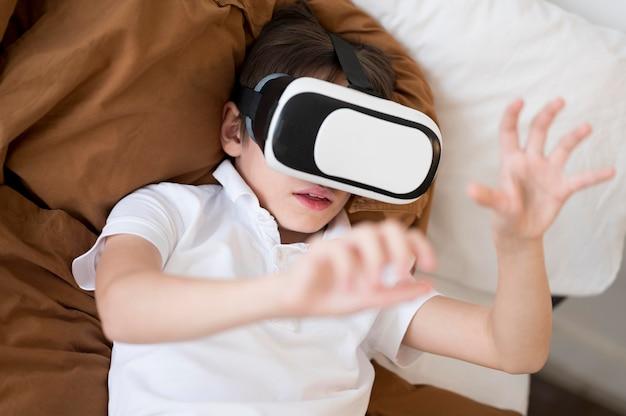 Ragazzo vista dall'alto con le cuffie da realtà virtuale