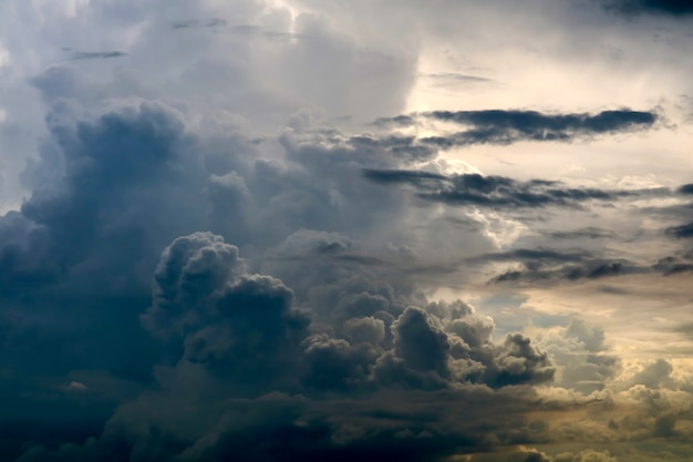 Raggio di sole della nuvola della siluetta della tempesta in nuvola scura del cielo grigio