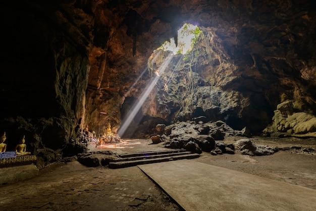 Raggio di sole nella grotta di buddha