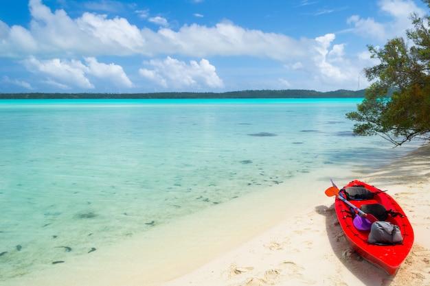 Raggiungere un'isola deserta in canoa
