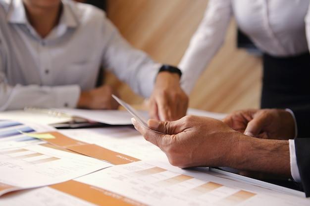 Raggruppa gli incontri d'affari per fare brainstorming, analizzare e pianificare il marketing.