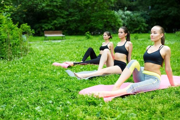 Raggruppa le donne facendo esercizi.