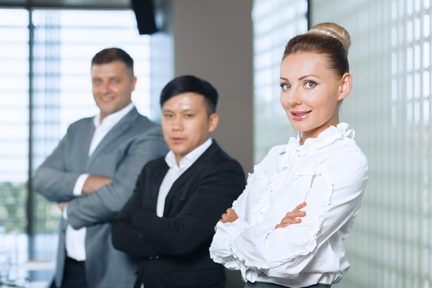 Raggruppi il ritratto di una squadra professionale di affari che guarda con confidenza alla macchina fotografica