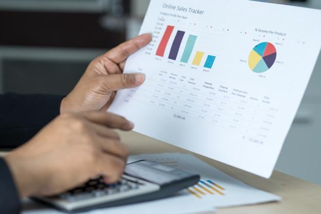 Ragioniere che lavora e analizza i rapporti finanziari