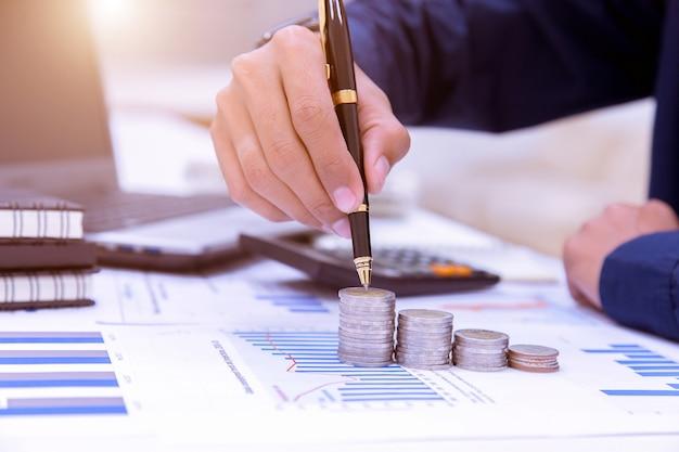 Ragionieri commerciali o banchieri eseguono calcoli di risparmio, contabilità finanziaria.