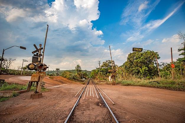 Railtrack che attraversa le montagne. minas gerais, brasile.
