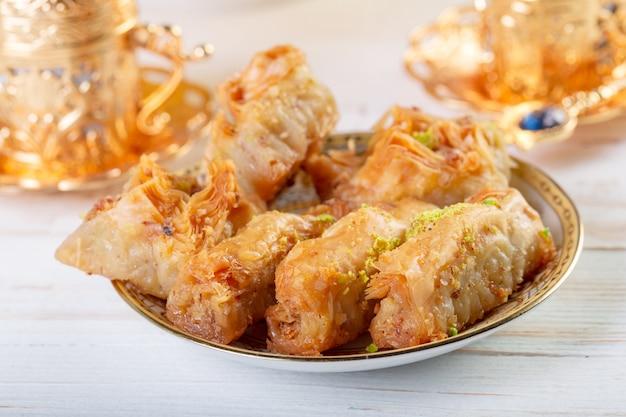 Ramadan dessert baklava turco con il fondo di concetto