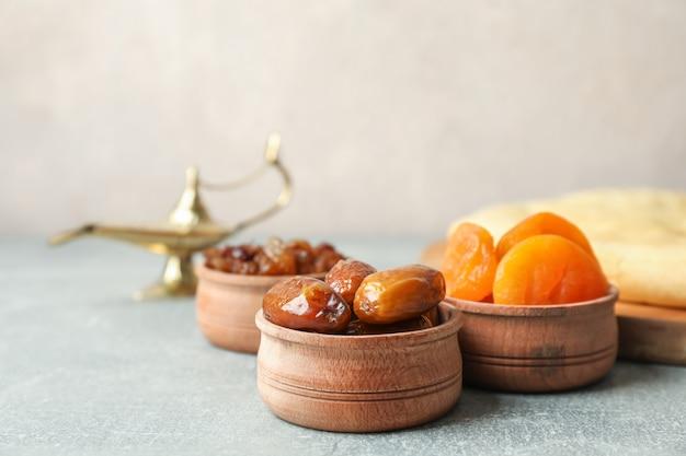Ramadan kareem cibo e lampada sul tavolo grigio