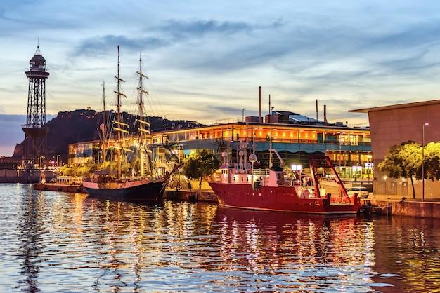 Rambla de mar port vell al tramonto, barcellona, spagna