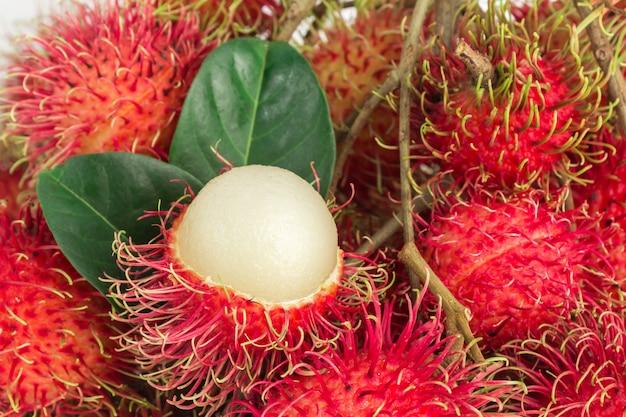 Rambutan fresco su fondo bianco