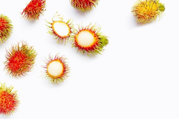 Rambutan isolato su bianco