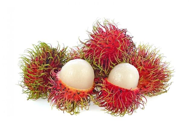Rambutan isolato su bianco.