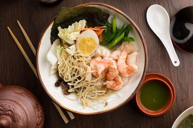 Ramen asiatico con i gamberi e le tagliatelle in un ristorante