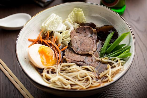 Ramen asiatico con manzo e tagliatelle in un ristorante