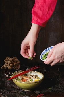 Ramen asiatico della minestra pronto da mangiare