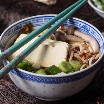 Ramen di minestra asiatica con feta