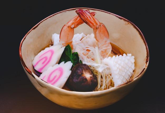 Ramen giapponese di shoyu dei frutti di mare della tagliatella con gamberetto e calamaro