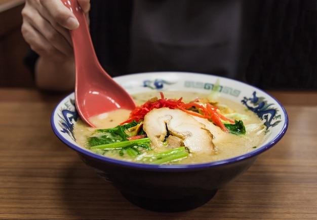 Ramen giapponese tradizionale in zuppa di brodo di miso