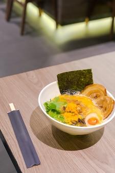Ramen o spaghetti giapponesi conditi con chashu o maiale bollente