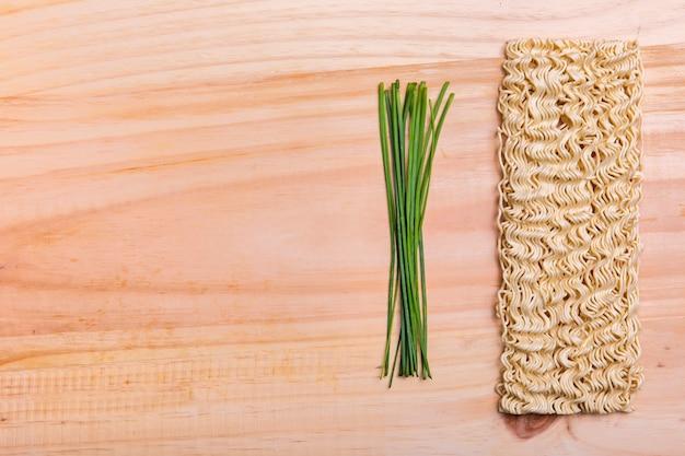 Ramen piatto ed erba cipollina con spazio di copia