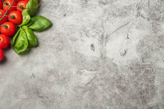 Rametto di pomodorini e foglie di basilico
