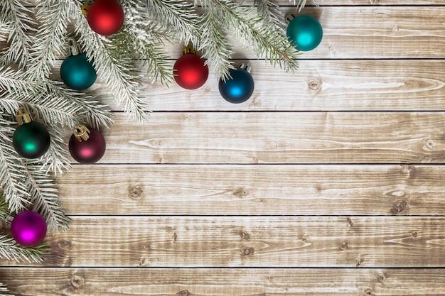 Rami di abete con ornamenti di natale