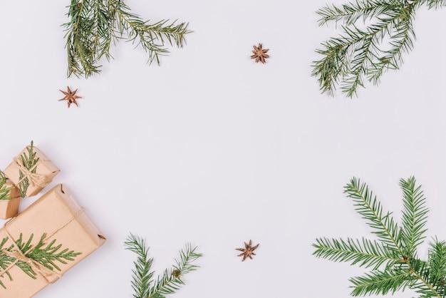 Rami di abete e regali che formano la cornice