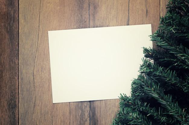 Rami di alberi di pino disposti sul pavimento in legno marrone nella decorazione di natale.