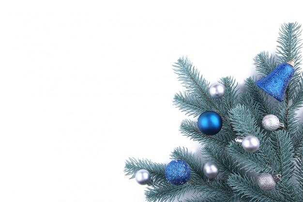 Rami di albero di natale con decorazioni di natale su uno sfondo bianco
