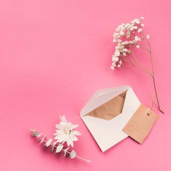 Rami di fiori con busta sul tavolo