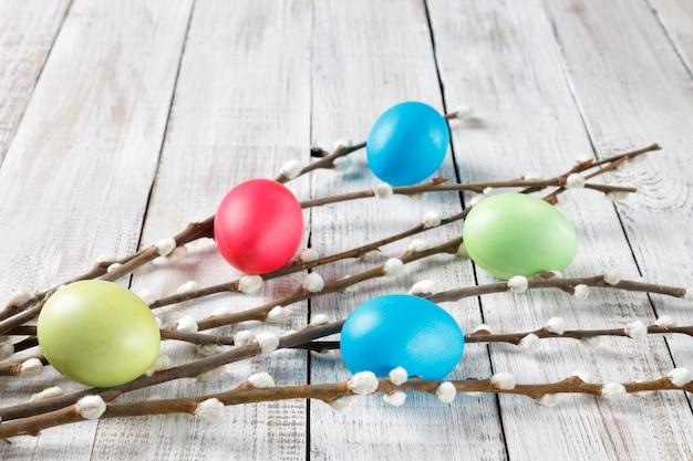 Rami di salice e uova di pasqua dipinte