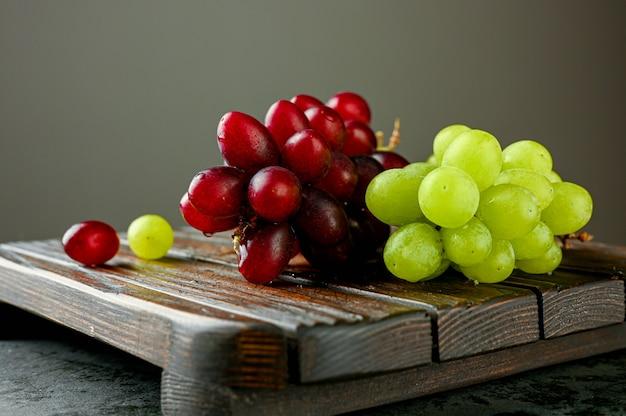 Rami di uva rossa e verde