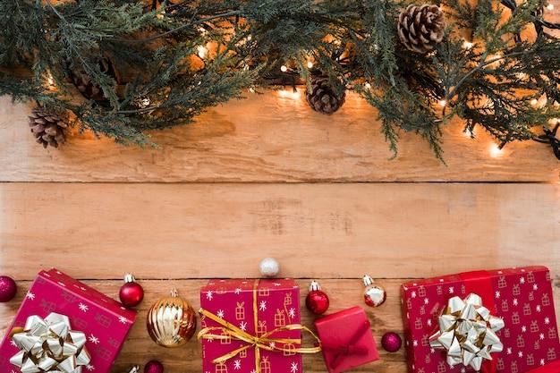 Rami verdi con piccole scatole regalo
