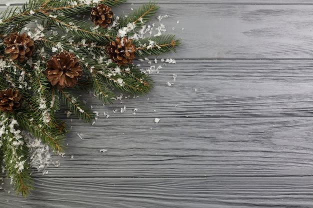 Ramo di abete con neve e ornamenti