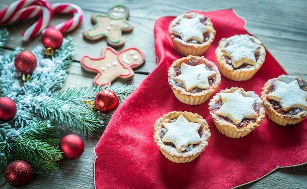 Ramo di albero di natale decorato con pasticceria natalizia