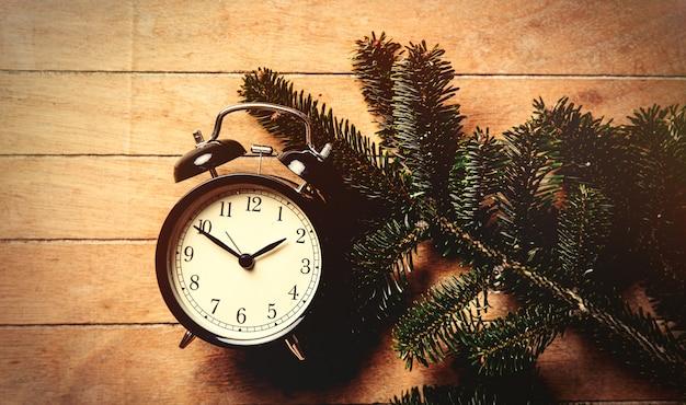 Ramo di albero di pino e sveglia vintage