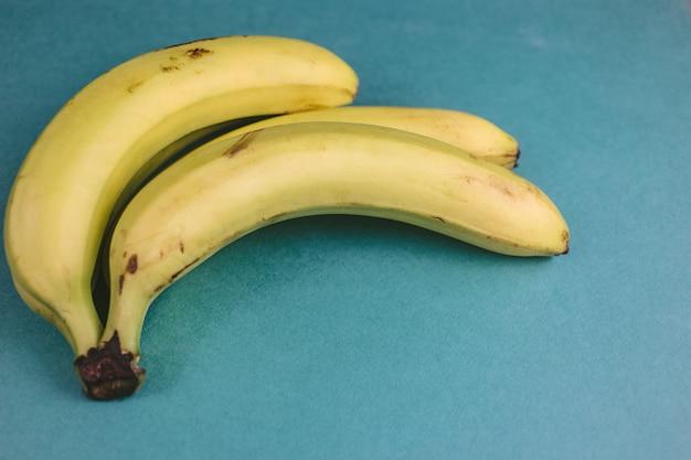 Ramo di banane mature su verde