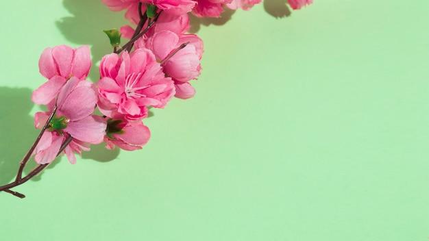 Ramo di fiori rosa sul tavolo verde