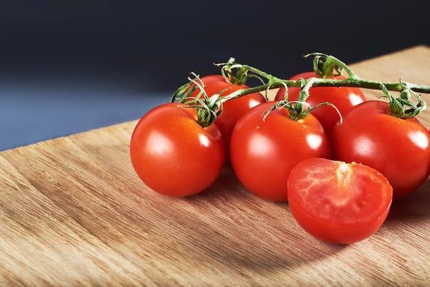 Ramo di pomodorini rossi in legno biologico.